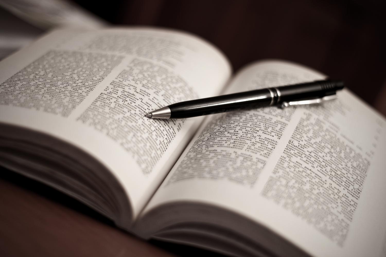 offenes Buch mit Kugelschreiber drauf